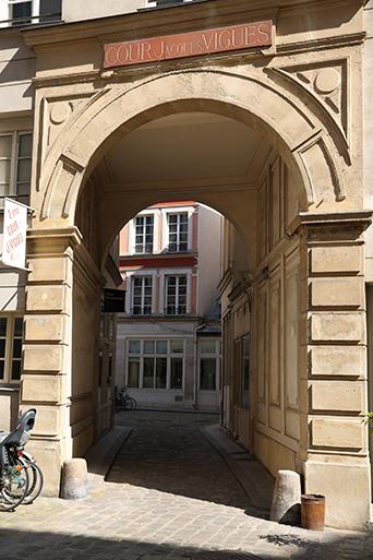 La porte de la cour Jacques Viguès, cour classée au 5 rue de Charonne dans le 11e arrondissement de Paris. C'est ici que se trouvent les ateliers parfums Sillages Parfums.