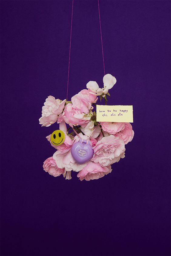 Bouquet de roses suspendu, avec un smiley, un petit cadenas et un post-it au message positif