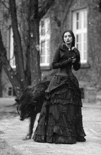 Parfum et sorcellerie : photo d'une sorcière avec un loup