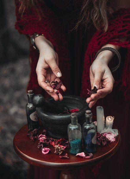 Histoire du parfum : Préparation d'un parfum dans une atmosphère de sorcellerie